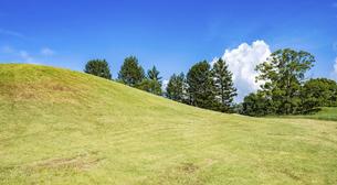 【夏】芝生が生えた丘の上に入道雲が立ち込める自然風景の写真素材 [FYI04901785]