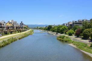 関西の風景 京都市 鴨川と町並みの写真素材 [FYI04901893]