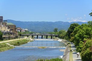 関西の風景 京都市 鴨川と町並みの写真素材 [FYI04901894]