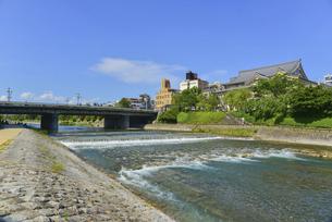 関西の風景 京都市 鴨川と町並みの写真素材 [FYI04901895]
