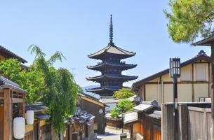 関西の風景 京都市東山 八坂の塔と町並みの写真素材 [FYI04901900]