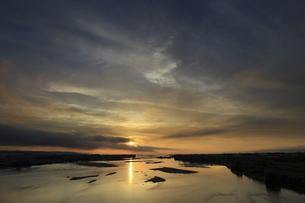 島根県斐伊川河口からの日の出の写真素材 [FYI04901914]