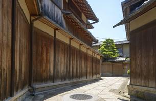 関西の風景 京都市東山 石塀小路と町並みの写真素材 [FYI04901945]