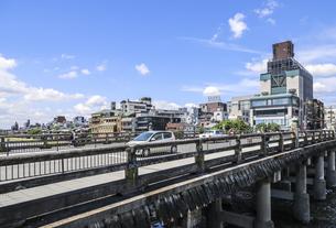 三条大橋越しに見る鴨川沿いの街並みの写真素材 [FYI04901997]