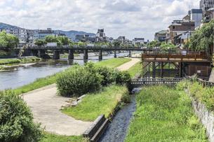 鴨川沿いの川床越しに三条大橋を見るの写真素材 [FYI04902011]