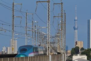 青空に東京スカイツリーと東京を走る東北新幹線の写真素材 [FYI04902223]