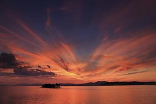島根県松江市の宍道湖からの夕焼けの写真素材 [FYI04902268]