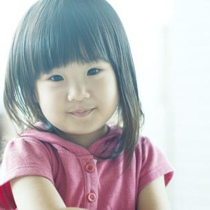 微笑む女の子の写真素材 [FYI04902326]