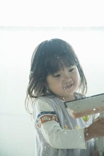 窓掃除をする女の子の写真素材 [FYI04902330]