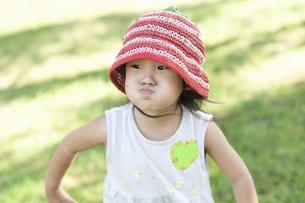 不満そうな表情の女の子の写真素材 [FYI04902347]
