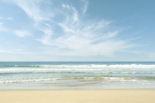 綺麗な海と筋雲の写真素材 [FYI04902357]