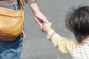 手を繋いだ母親と子供の手の写真素材 [FYI04902380]