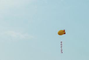 空に浮かんだアドバルーンの写真素材 [FYI04902385]