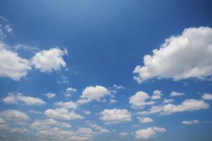 青空に浮かぶ雲の写真素材 [FYI04902393]