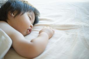 気持ちよさそうに昼寝する男の子の写真素材 [FYI04902410]