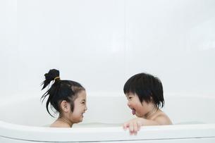 お風呂に入る姉弟の写真素材 [FYI04902413]