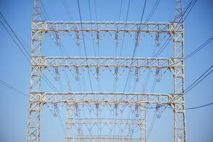 高圧電線と鉄塔と青空の写真素材 [FYI04902440]
