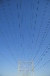 高圧電線と鉄塔と青空の写真素材 [FYI04902446]