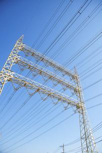 高圧電線と鉄塔と青空の写真素材 [FYI04902452]