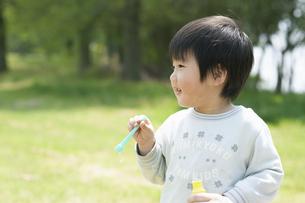 シャボン玉を吹く男の子の写真素材 [FYI04902468]