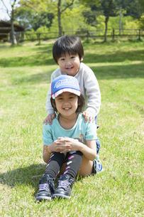仲良く並ぶ笑顔の姉弟の写真素材 [FYI04902476]