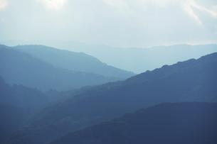 新緑の頃の山並みの写真素材 [FYI04902505]