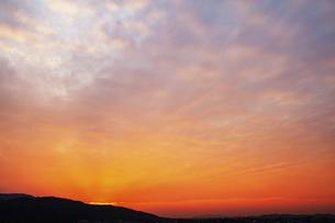 赤く染まる夕焼けの写真素材 [FYI04902512]