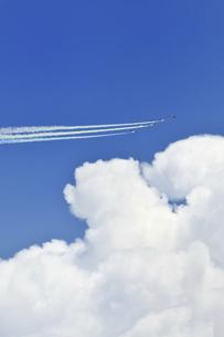 ブルーインパルスのオリンピック記念飛行の写真素材 [FYI04902548]