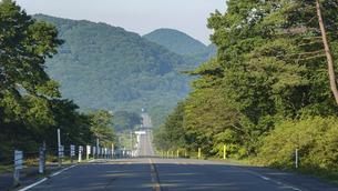 県立榛名公園(群馬県高崎市)、榛名湖メロディーライン(走ると音楽が聞こえる道路)、ゆうすげの道付近の写真素材 [FYI04902550]