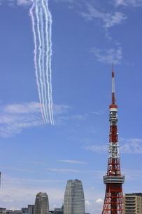 東京タワー上空を飛行するブルーインパルスの写真素材 [FYI04902839]