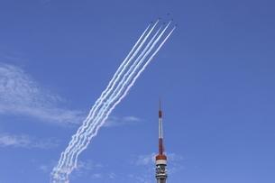 東京タワー上空を飛行するブルーインパルスの写真素材 [FYI04902843]
