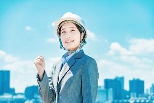 ヘルメット姿のビジネスウーマンの写真素材 [FYI04902951]
