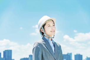 ヘルメット姿のビジネスウーマンの写真素材 [FYI04902953]