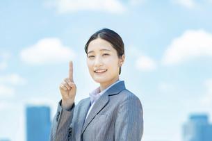 人差し指を立てるアジア人の若いビジネスウーマンの写真素材 [FYI04902982]