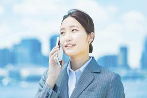 スマートフォンで電話する女性の写真素材 [FYI04902983]