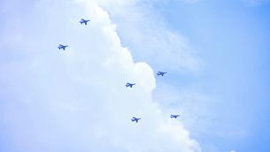 遠くの空を飛ぶ飛行機の編隊の写真素材 [FYI04902988]