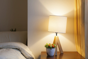 ベッドサイドの照明・ライトの写真素材 [FYI04903002]
