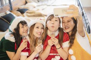 クリスマス女子会での写真撮影の写真素材 [FYI04903011]