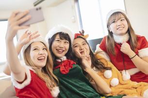 クリスマス女子会での写真撮影の写真素材 [FYI04903014]