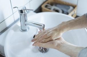 手洗いのイメージ写真・清潔や除菌のイメージの写真素材 [FYI04903125]