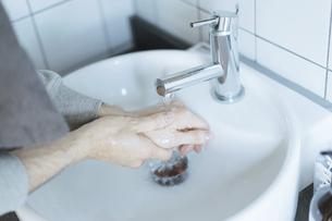 手洗いのイメージ写真・清潔や除菌のイメージの写真素材 [FYI04903128]