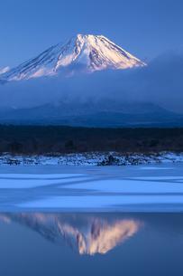 結氷の精進湖と富士山の写真素材 [FYI04903763]