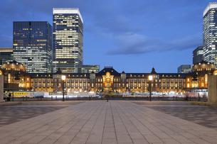 東京駅・丸の内側の夜景の写真素材 [FYI04903878]