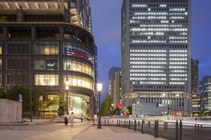 東京駅・丸の内側の夜景の写真素材 [FYI04903879]