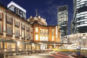 東京駅・丸の内側の夜景の写真素材 [FYI04903881]