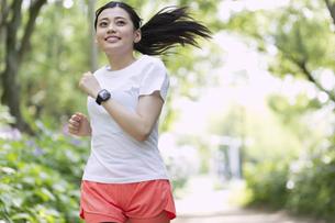 ジョギングする女性の写真素材 [FYI04904203]
