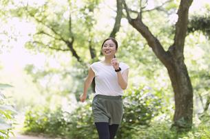 ジョギングする女性の写真素材 [FYI04904205]