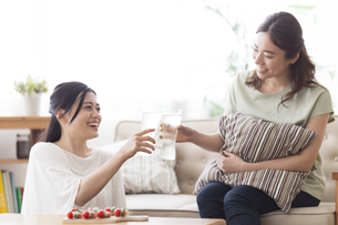 家飲みする女性の写真素材 [FYI04904235]