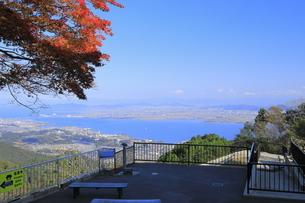 ケーブル延暦寺駅の展望台からの秋の琵琶湖の写真素材 [FYI04904306]