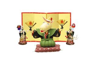 金屏風の前で扇子を持って新年のあいさつをする午の写真素材 [FYI04904376]